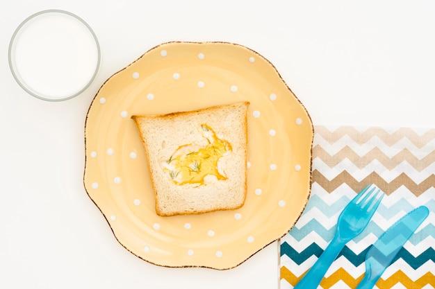 Вид сверху тарелка с тостом для ребенка Бесплатные Фотографии