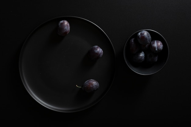 Top view plates with delicious blackberries Free Photo