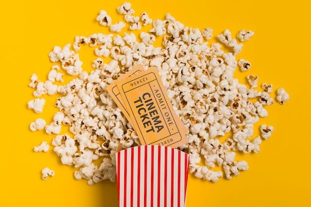 Вид сверху попкорн и билет в кино Бесплатные Фотографии