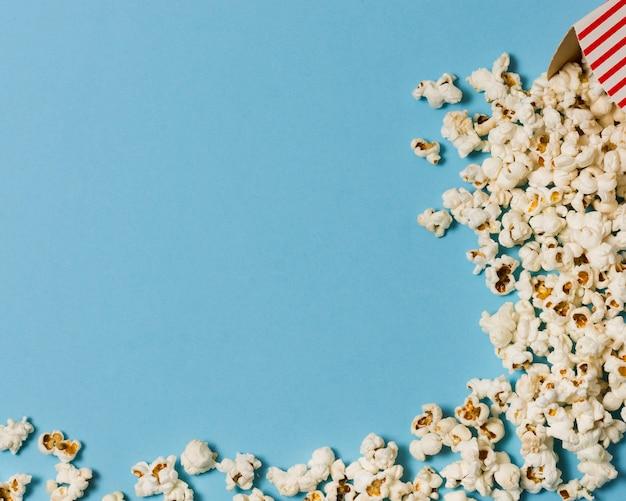 Popcorn vista dall'alto con copia-spazio Foto Gratuite