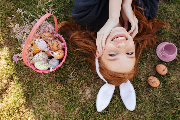 Портрет взгляд сверху усмехаясь счастливой красной головной женщины Бесплатные Фотографии