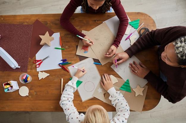 学校の美術工芸教室で絵を描く子供たちの平面図、コピースペース Premium写真