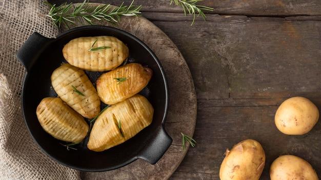 Вид сверху картофель в черном шаре Бесплатные Фотографии