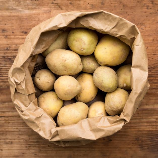 Vista dall'alto patate in sacchetto di carta Foto Gratuite