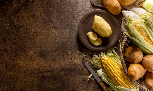 Vista dall'alto di patate con mais e copia spazio Foto Gratuite