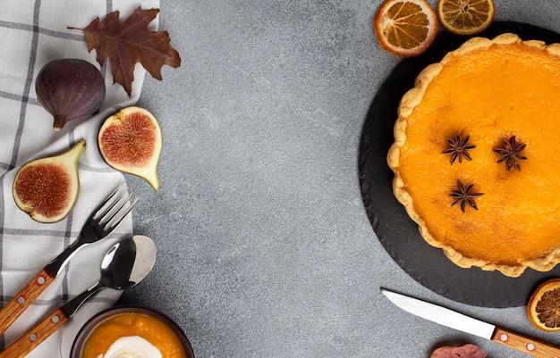 Вид сверху тыквенный пирог и столовые приборы Бесплатные Фотографии