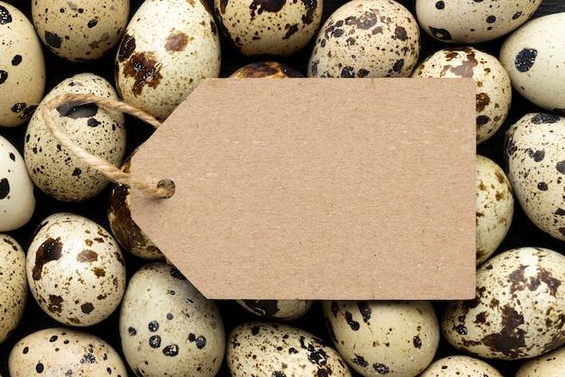 Композиция из перепелиных яиц с биркой Premium Фотографии