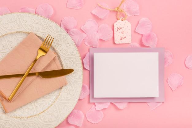Composizione di quinceañera vista dall'alto su sfondo rosa Foto Gratuite