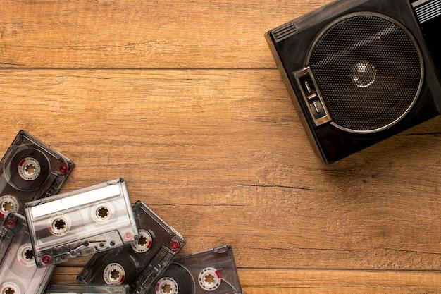 Радиокассета и кассеты, вид сверху, копируют пространство Premium Фотографии
