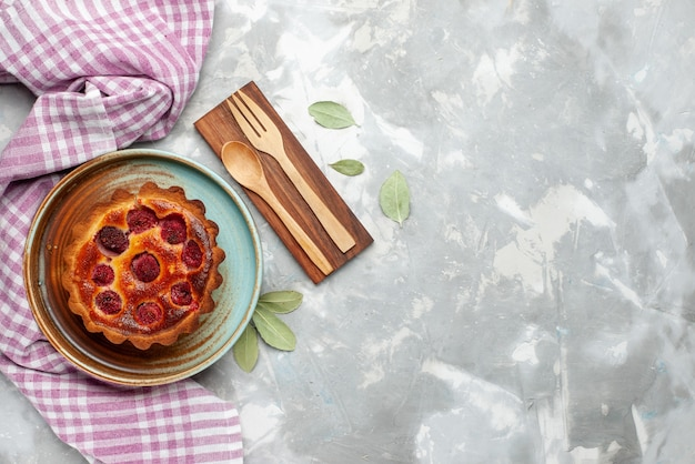 Vista dall'alto torta di lamponi al forno torta fruttata sullo sfondo chiaro torta torta di frutta cuocere colore Foto Gratuite