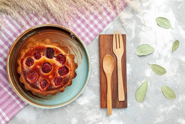 Вид сверху малиновый торт с фруктами внутри на светлом столе фруктовый ягодный торт бисквит Бесплатные Фотографии