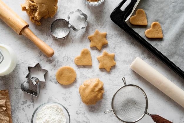 Вид сверху сырое печенье с режущими формами Бесплатные Фотографии