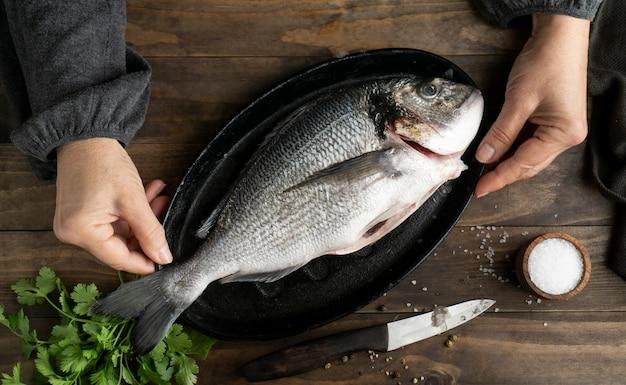쟁반에 상위 뷰 생선 무료 사진