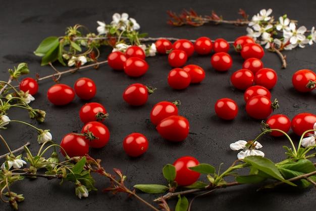 暗い机の上に新鮮な上面の赤いチェリートマト 無料写真