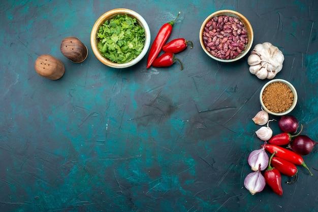 Вид сверху красный перец чили с зеленью, луком, чесноком на темно-синем фоне, еда, еда, овощи Бесплатные Фотографии