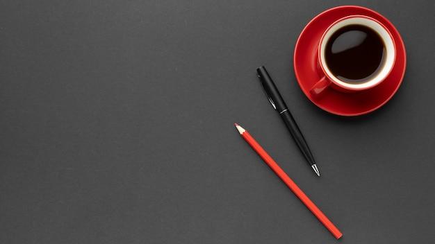Vista dall'alto rosso tazza di caffè con copia spazio Foto Gratuite