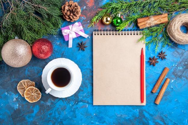 노트북 소나무 나무에 상위 뷰 빨간 연필 가지 Teaon 파란색 표면의 컵 무료 사진