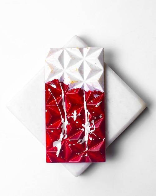 Вид сверху красный белый шоколад в белом пятнышке на белой подставке Бесплатные Фотографии