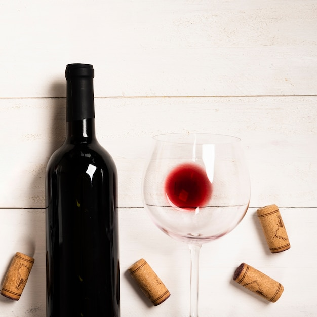Top view red wine with white background Free Photo