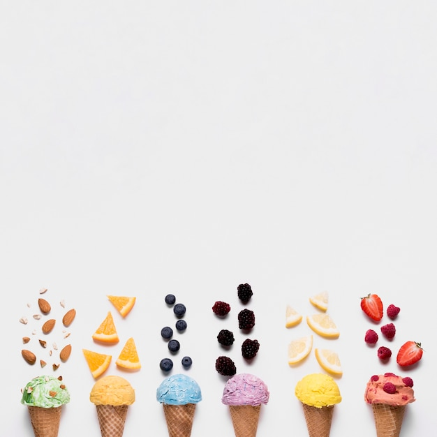 コピースペースとさわやかなアイスクリームのトップビュー 無料写真