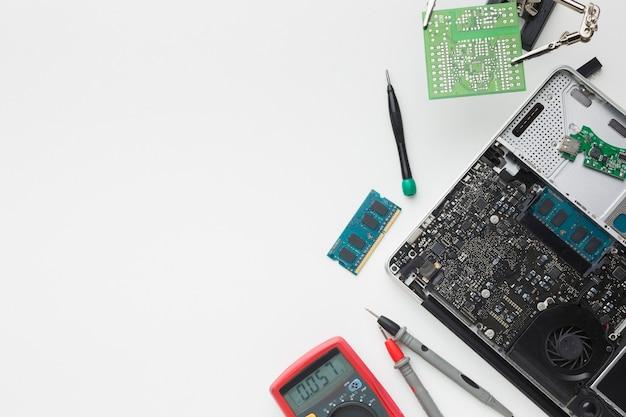 Вид сверху на ремонт ноутбука с копией пространства Premium Фотографии