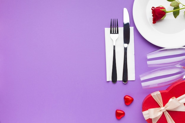 Top view romantic decoration on purple background Free Photo
