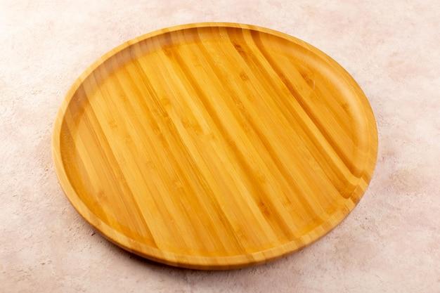 Una vista superiore rotonda gialla scrivania in legno isolato Foto Gratuite