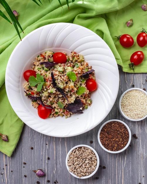 トマトとバジルの種子、ゴマ、亜麻、ヒマワリの種のサラダ 無料写真