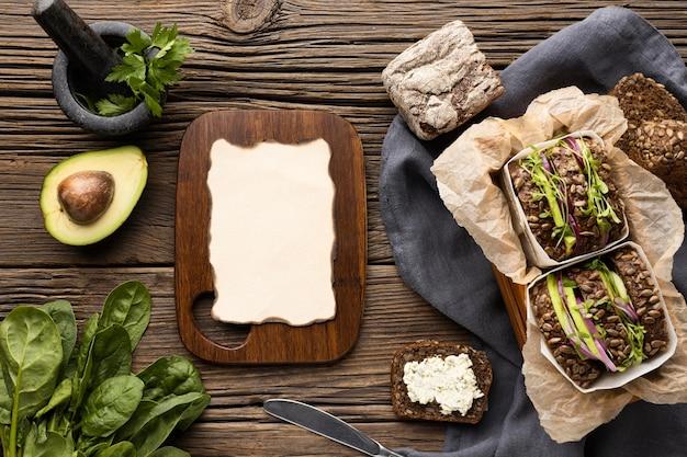 Vista dall'alto di panini con insalata e avocado Foto Gratuite