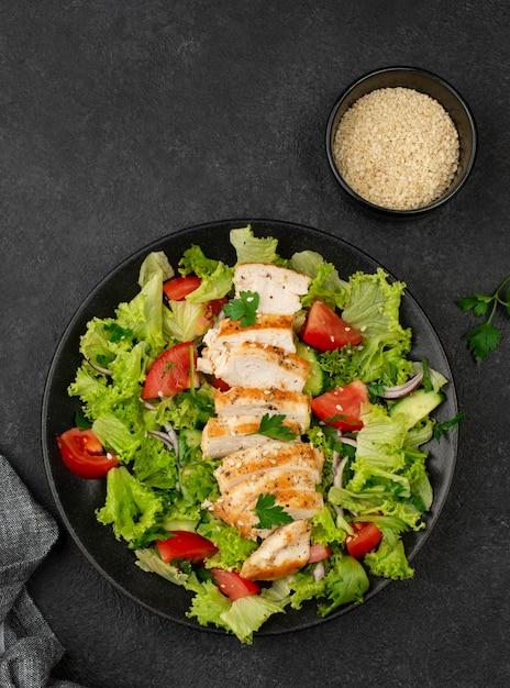 鶏肉とゴマのトップビューサラダ 無料写真