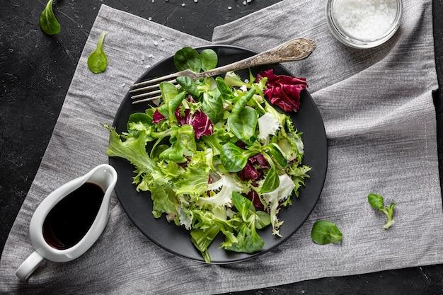 Салат вид сверху с разными ингредиентами Бесплатные Фотографии