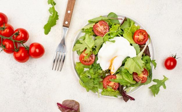 トマトと目玉焼きのトップビューサラダ 無料写真