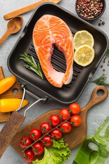 Лосось и лимон на сковороде, вид сверху Premium Фотографии