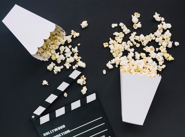 Вид сверху соленый попкорн с кинохлопушкой Бесплатные Фотографии