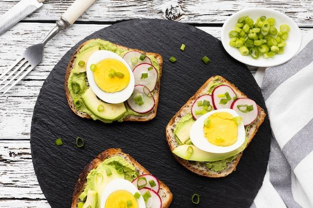 Vista dall'alto di panini con uova e avocado Foto Gratuite