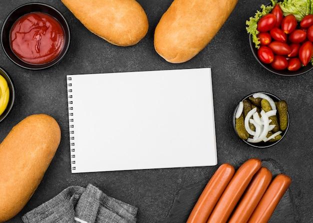 トップビューソーセージ、パン、トマト 無料写真