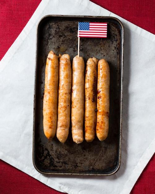 アメリカの国旗とトレイのトップビューソーセージ 無料写真