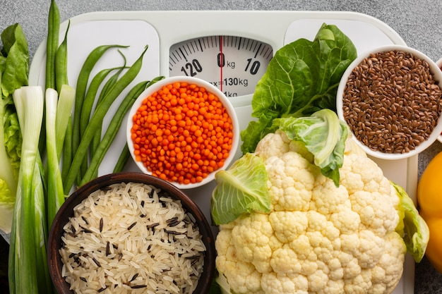 Top view of scale with groceries Free Photo