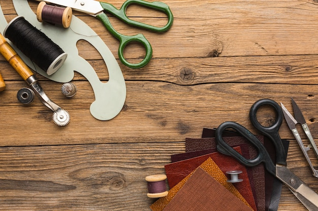 Top view of scissors with thread and thimble Free Photo