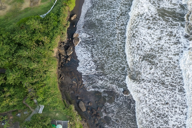 Top view seascape with waves breaking against the rocks Free Photo