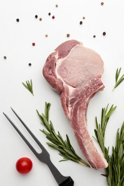 Вид сверху приправленное мясо для приготовления пищи на столе Бесплатные Фотографии