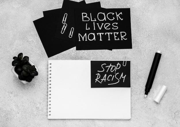 Vista dall'alto della selezione di carte con vite nera e taccuino Foto Gratuite