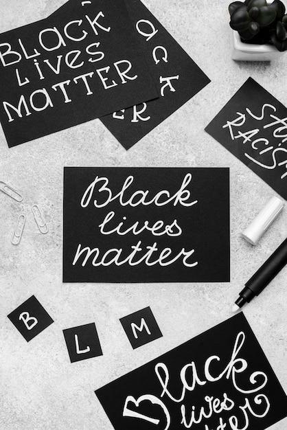 Vista dall'alto della selezione di carte con materia viva nera e penna Foto Gratuite