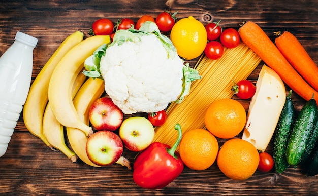 木の表面の食品野菜果物乳製品の上面図セット Premium写真