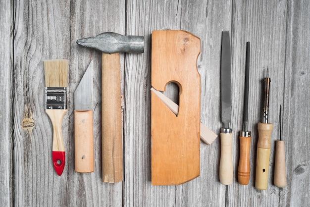 木製テーブルの上のツールのトップビューセット 無料写真