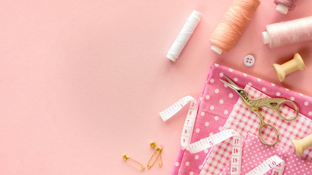 Top view of sewing essentials with thread and buttons Free Photo