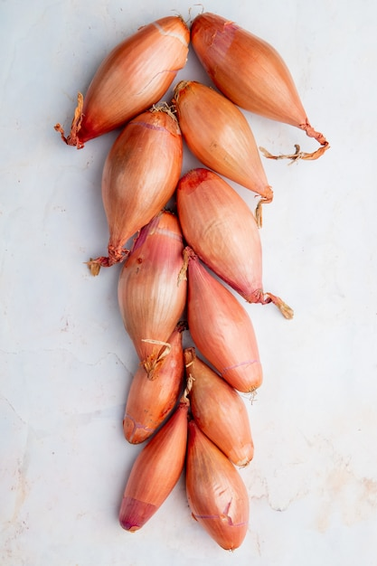 Top view of shallots on white background Free Photo