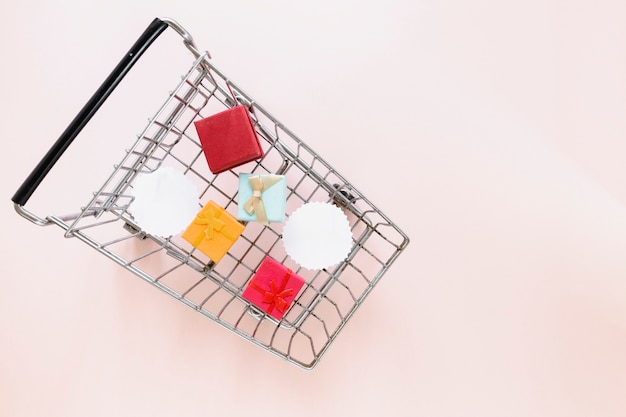Top view of shopping cart with gifts Free Photo