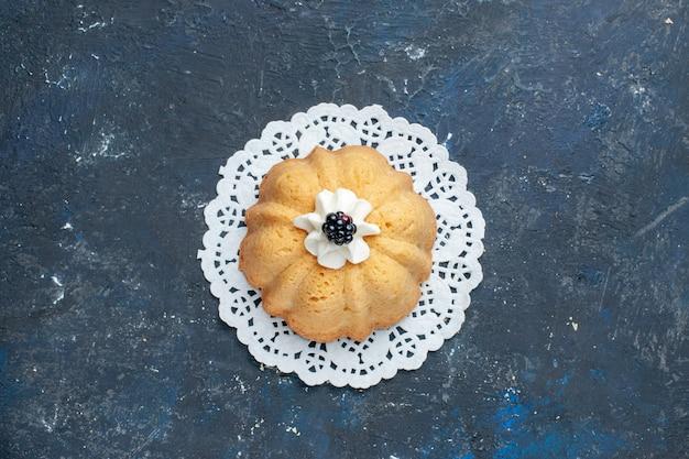 トップビューダークテーブルケーキビスケットシュガースイートベイクフルーツにクリームとブラックベリーのシンプルでおいしいケーキ 無料写真