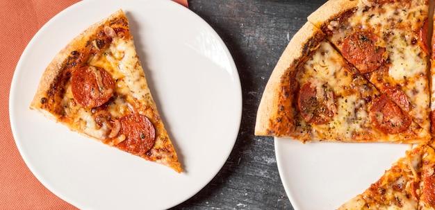 プレート上のペパロニピザの上面スライス 無料写真